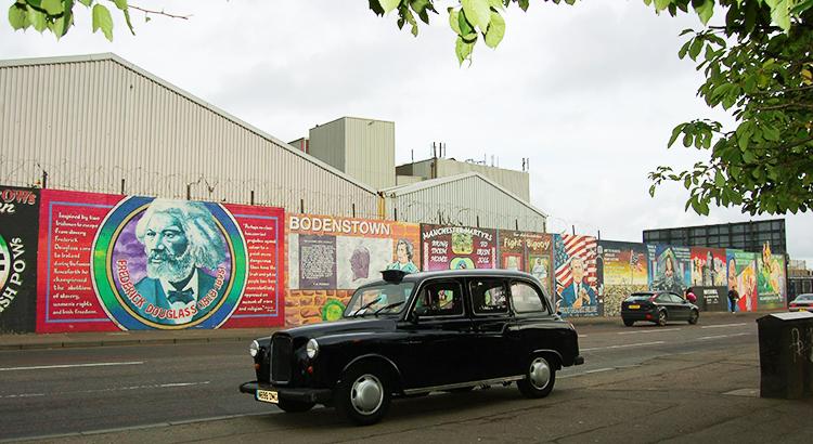 Barriere in Belfast, die katholische und protestantische Wohngebiete vor wechselseitigen Übergriffen schützen soll