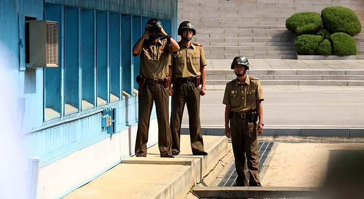 Soldaten beobachten die Grenze, Panmunjom, Korea
