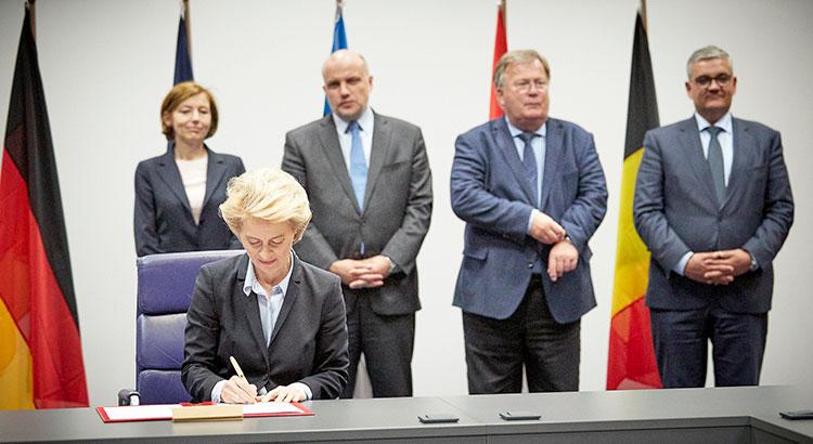 Ursula von der Leyen unterzeichnet die Absichtserklärung zur Europäischen Interventionsinitiative