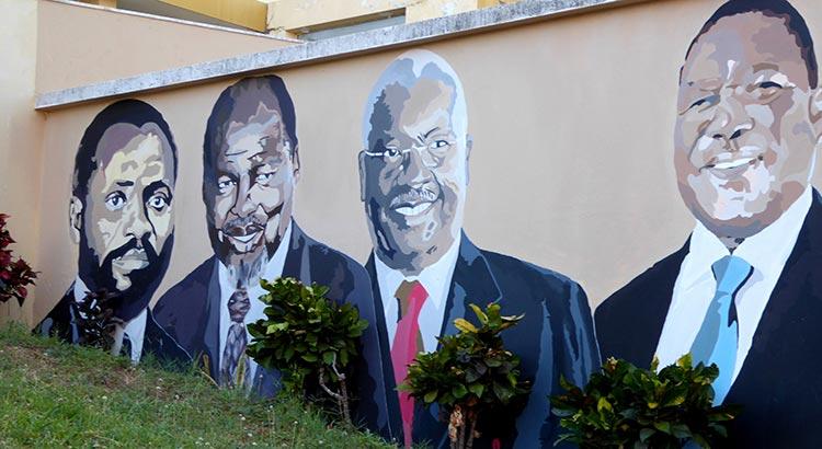 Die Mauer des Zentralkrankenhauses in Maputo zieren Portraits der vier Präsidenten Mosambiks seit 1975, allesamt Mitglieder der FRELIMO: Samora Machel, Joaquim Chissano, Armando Guebuza und Filipe Nyusi (v.l.n.r.).