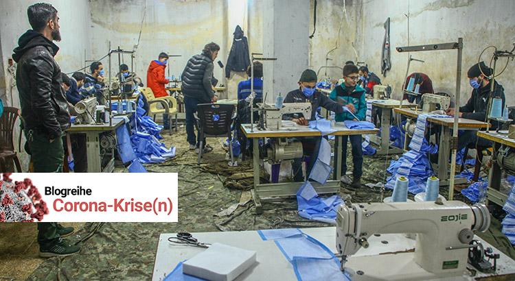 Weil es in der Region keine Gesichtsmasken gibt, wurde begonnen welche in einer Kleiderfabrik herzustellen. Das Foto zeigt mehrere Arbeiter beim Nähen der Masken.