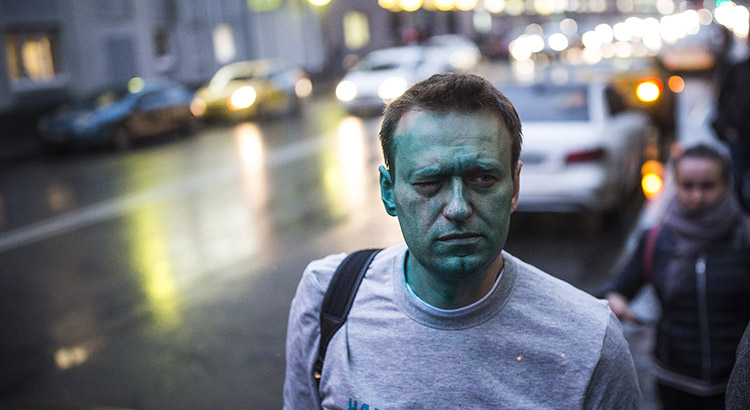 Der russische Oppositionspolitiker Alexey Nawalny hatte in der Vergangenheit häufig mit Repressionen und Angriffen zu kämpfen. Mit deutlich weniger gravierenden Folgen als jetzt etwa im März 2017, als ihn Unbekannte mit grüner Farbe attackierten.
