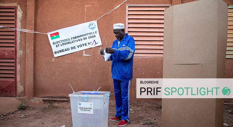 Mann bei der Stimmabgabe in Ouagadougou am 22. November 2020
