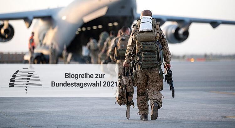 Bundeswehrsoldaten vor einem Transportflugzeug